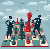 Den abstrakta affärsmannen och affärskvinnan spelar en lek av schack Arkivbild