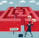 Den abstrakta affärskvinnan går ombord på en svår labyrint Arkivfoto