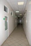 Den abstrakta bilden av en lång smal korridor med vittegelplattor på royaltyfria foton