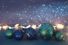 den abstrakta bilden av för trädbollen för jul festlig garnering blänker på bakgrund arkivbilder
