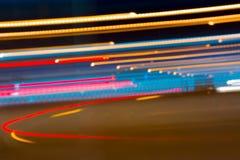Den abstrakta bilden av natten tänder i rörelsesuddighet i staden Royaltyfria Bilder