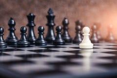 Den abstrakta bilden av den vita schackpjäsframsidan - till - framsida på schackbrädet royaltyfri fotografi