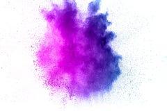 Den abstrakta explosionen av lilor dammar av på vit bakgrund Abstrakt lilapulver stänker på vit bakgrund Arkivfoton