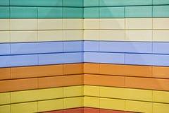 Den abstrakta färgrika modellen för tegelstenväggen målade stads- texturbakgrund för tegelstenar Exempel av en kulör tegelstenväg Royaltyfri Fotografi