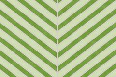 Den abstrakta gröna bladmodellen på papper texturerade bakgrund Royaltyfria Bilder