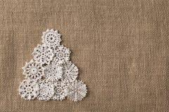Den abstrakta julgranen, snör åt den Embroid snöflingan på säckväv royaltyfri bild