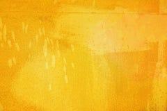 Den abstrakta ljusa gula yttersidan har en borste som målas på bakgrunden för grafisk design royaltyfria bilder