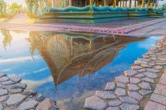 Den abstrakta mjuka suddiga och mjuka fokuskonturn fristaden, tempel, med skugga reflekterad i vattnet, strålen, ljus och len royaltyfri bild