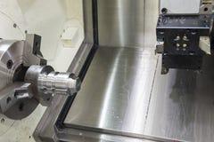 Den abstrakta platsen av CNC-drejbänkmaskinen och metalldelen Arkivfoto