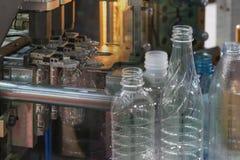 Den abstrakta platsen av plast- buteljera Arkivfoton