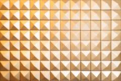 Den abstrakta suddighetsmodellen av pyramiden formar bakgrund Vägg av tegelplattan Royaltyfria Foton