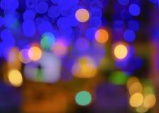 Den abstrakta suddighetsstaden rusar eller bakgrund för guling för blå gräsplan för nattklubb purpurfärgad ljus Royaltyfri Bild