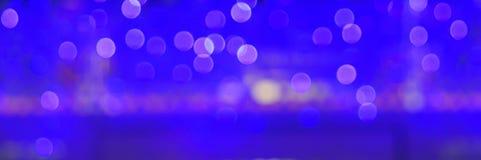 Den abstrakta suddighetsstaden rusar eller bakgrund för guling för blå gräsplan för nattklubb purpurfärgad ljus Royaltyfria Foton
