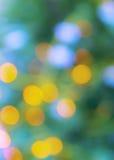 Den abstrakta suddighetsstaden rusar grön gul purpurfärgad ljus bakgrund Arkivfoton