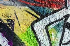 Den abstrakta väggen som dekoreras med teckningar, målar, närbilden Detalj av grafitti Fragment för bakgrund, stilfull modell fotografering för bildbyråer