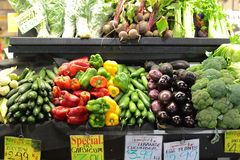 Den Adelaiaide marknadsgrönsaken stannar royaltyfria foton