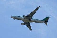 Den Aer Lingus flygbussen A330 stiger ned för att landa på den internationella flygplatsen för JFK i New York Royaltyfri Bild