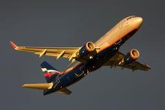 Den Aeroflot flygbussen A320 VQ-BPU tar av på Sheremetyevo den internationella flygplatsen Arkivfoton