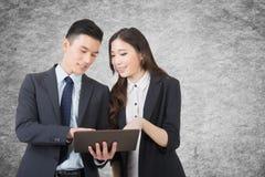 Den affärsmanen och kvinnan diskuterar royaltyfri foto