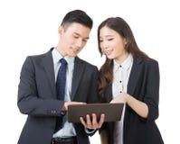 Den affärsmanen och kvinnan diskuterar royaltyfri fotografi