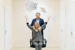 Den affärsmannen och kvinnan har gyckel i kontoret under ett avbrott royaltyfri foto