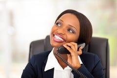 Den afrikanska affärskvinnan ringer Arkivbild