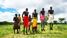 den afrikanska dansen hoppar traditionella krigare Fotografering för Bildbyråer