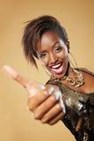 den afrikanska holdingen tumm upp kvinna Royaltyfri Foto