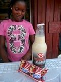 Den afrikanska kvinnan säljer Obama kexar Royaltyfria Foton