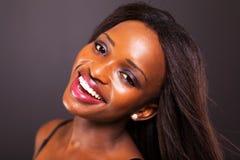Den afrikanska kvinnan vänder mot Royaltyfri Foto