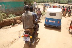 Afrikansk stam- man på motorbiken Royaltyfri Fotografi