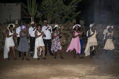 Den afrikanska mannen och kvinnan utför det africa brölloppartiet Royaltyfri Foto