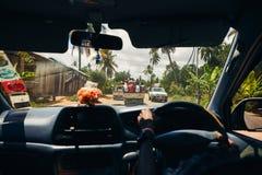 Den afrikanska minibussen är full av folk Sikt från taxien Arkivfoto