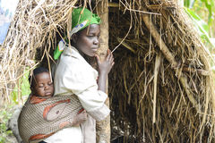 Den afrikanska modern behandla som ett barn i rem Royaltyfri Bild