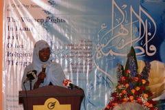 Den afrikanska muslimska kvinnan ger anförande i Kenya Royaltyfri Fotografi