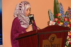 Den afrikanska muslimska kvinnan ger anförande Royaltyfri Fotografi