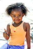 Den afrikanska ungen som gör tummar, up tecknet Royaltyfri Foto