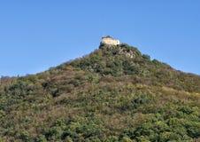 Den Aggstein slotten fördärvar, den södra bankDonauen i Wachau, Österrike royaltyfri bild