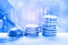 Den aktiemarknad- eller forexhandelgrafen och ljusstaken kartlägger passande för begrepp för finansiell investering royaltyfria bilder