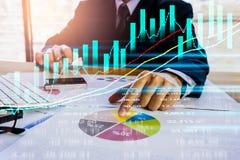 Den aktiemarknad- eller forexhandelgrafen och ljusstaken kartlägger passande för begrepp för finansiell investering Ekonomi tende royaltyfria foton