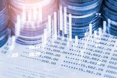 Den aktiemarknad- eller forexhandelgrafen och ljusstaken kartlägger passande för begrepp för finansiell investering Ekonomi tende royaltyfria bilder