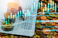 Den aktiemarknad- eller forexhandelgrafen och ljusstaken kartlägger passande för begrepp för finansiell investering Ekonomi tende royaltyfri foto
