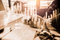 Den aktiemarknad- eller forexhandelgrafen och ljusstaken kartlägger passande för begrepp för finansiell investering Ekonomi tende fotografering för bildbyråer