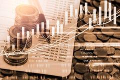Den aktiemarknad- eller forexhandelgrafen och ljusstaken kartlägger passande för begrepp för finansiell investering Ekonomi tende royaltyfri bild