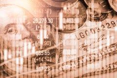 Den aktiemarknad- eller forexhandelgrafen och ljusstaken kartlägger passande för begrepp för finansiell investering Ekonomi tende arkivbilder
