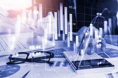 Den aktiemarknad- eller forexhandelgrafen och ljusstaken kartlägger passande för begrepp för finansiell investering Ekonomi tende arkivfoton