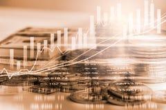 Den aktiemarknad- eller forexhandelgrafen och ljusstaken kartlägger suitab Fotografering för Bildbyråer