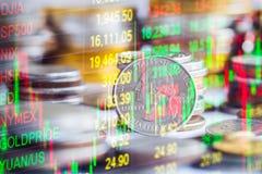Den aktiemarknad- eller forexhandelgrafen och ljusstaken kartlägger suitab Arkivfoton