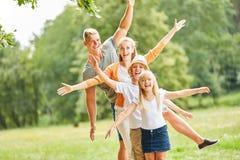 Den aktiva familjen och barn har gyckel tillsammans arkivfoto