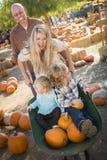 Den aktiva familjen tycker om en dag på pumpalappen Royaltyfri Fotografi